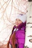 Árbol emocionado feliz de la muchacha y de abedul Fotografía de archivo