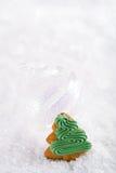 Árbol en un fondo festivo de la nieve de la Navidad, po agradable del pan de jengibre Imagen de archivo libre de regalías