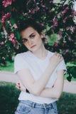 Árbol floreciente cercano de la muchacha Fotos de archivo