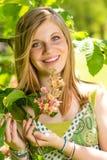 Árbol floreciente que huele del adolescente en primavera Imágenes de archivo libres de regalías