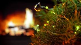 Árbol giratorio La Navidad tres en fondo de las luces del bokeh de la chimenea del resplandor metrajes