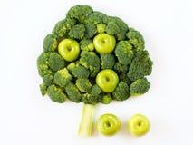 Árbol hecho con bróculi y manzanas Foto de archivo