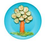 Árbol hecho del pepino y de la zanahoria en la placa Imagen de archivo
