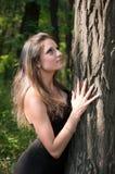 Árbol hermoso del abarcamiento de la muchacha Fotografía de archivo