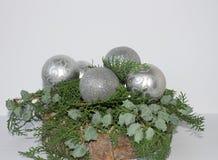 Árbol imperecedero de la Navidad en un fondo blanco con una vela Árbol de navidad con una vela Año Nuevo 2018 Imagen de archivo libre de regalías