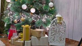 Árbol interior de los regalos de la Navidad y juguetes del sitio de Año Nuevo que centellan luces y la chimenea Imágenes de archivo libres de regalías