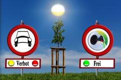 Árbol joven en campo verde con las señales de tráfico libre illustration
