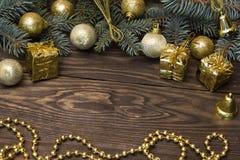 Árbol, juguetes amarillos de la Navidad Imagenes de archivo