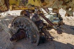 Árbol masivo de la máquina segador abandonada que aherrumbra lejos profundamente en el desierto de Namib de Angola Foto de archivo