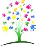 Árbol multi-étnico de la mano de la diversidad sobre fondo del modelo de la raya stock de ilustración