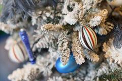 Árbol nevoso adornado de la Navidad con las bolas y la luz azules Fotografía de archivo