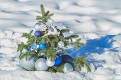 Árbol nevoso spruce natural adornado con la Navidad Imagen de archivo libre de regalías