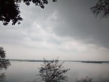 Árbol, nube y agua Imagen de archivo
