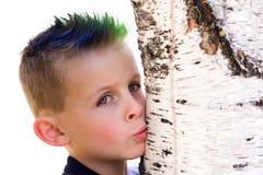 Árbol que se besa del muchacho joven Imagenes de archivo