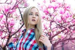Árbol rosado cerca floreciente hermoso sensible de la muchacha Foto de archivo libre de regalías