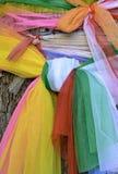 Árbol santo con la tela multicolora Fotografía de archivo