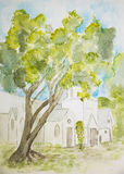 Árbol solitario delante de una iglesia Fotos de archivo
