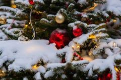 Árbol Spruce adornado para la Navidad con las bolas amarillas Imágenes de archivo libres de regalías