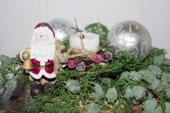 Árbol spruce imperecedero de la Navidad y una bola de plata con Santa Claus Fotos de archivo