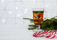 Árbol Té caliente Dulces El concepto de la Navidad Fotos de archivo