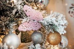 Árbol verde del Año Nuevo adornado Fotos de archivo libres de regalías