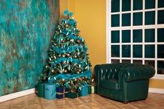Árbol verde del Año Nuevo adornado Fotos de archivo