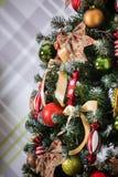 Árbol verde del Año Nuevo adornado Foto de archivo