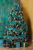 Árbol verde del Año Nuevo adornado Fotografía de archivo