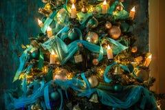 Árbol verde del Año Nuevo adornado Imágenes de archivo libres de regalías