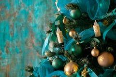 Árbol verde del Año Nuevo adornado Foto de archivo libre de regalías