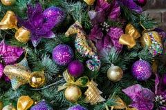 Árbol verde del Año Nuevo adornado Imagen de archivo