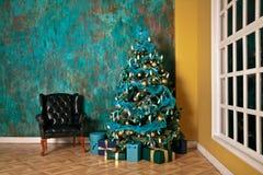 Árbol verde del Año Nuevo adornado Imagen de archivo libre de regalías