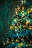 Árbol verde del Año Nuevo adornado Imagenes de archivo
