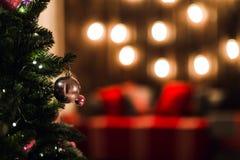Árbol verde del Año Nuevo adornado con la bola El fondo de la Navidad enciende efecto del bokeh Imagenes de archivo