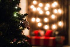 Árbol verde del Año Nuevo adornado con la bola El fondo de la Navidad enciende efecto del bokeh Foto de archivo libre de regalías