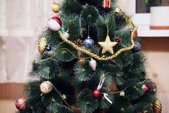 Árbol verde del Año Nuevo adornado con los juguetes Fotografía de archivo