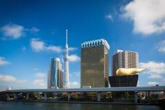 Árbol y Asahi Beer Hall n Sumida - destino turístico famoso del cielo de Tokio en Tokio Imagen de archivo