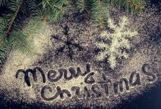 Árbol y copos de nieve de abeto de la Navidad en fondo de la pizarra Imagenes de archivo