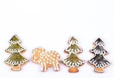 Árbol y cordero de pino de las galletas del pan de jengibre Imágenes de archivo libres de regalías