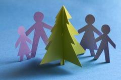 Árbol y familia de papel de la Navidad Imágenes de archivo libres de regalías