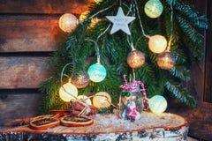 Árbol y Papá Noel de Art Christmas en un tarro de cristal delante de un Cristo Fotografía de archivo libre de regalías