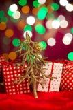 Árbol y presentes de la decoración de la Navidad en el fondo Foto de archivo libre de regalías