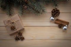 Árbol y regalos de abeto de la Navidad en fondo de madera Fotos de archivo