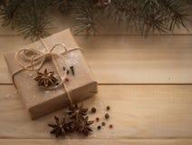 Árbol y regalos de abeto de la Navidad en fondo de madera Imagen de archivo