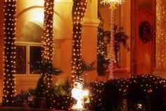 Árboles adornados y pequeño muñeco de nieve Fotos de archivo libres de regalías