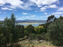 Árboles, agua, colinas Imagen de archivo