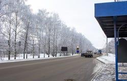 Árboles blancos con los cristales del hielo y de la nieve en invierno el camino Imagen de archivo libre de regalías