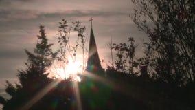 Árboles con la iglesia en fondo Silueta almacen de video