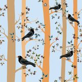Árboles con los flores y hojas y pájaros negros Modelo inconsútil Ejemplo del vector en fondo azul Fotografía de archivo