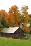 Árboles de la cabaña de madera y de arce en la caída Fotografía de archivo libre de regalías